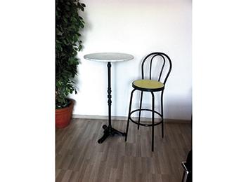 Angolo bar sgabelli e tavolo rotondo posot class