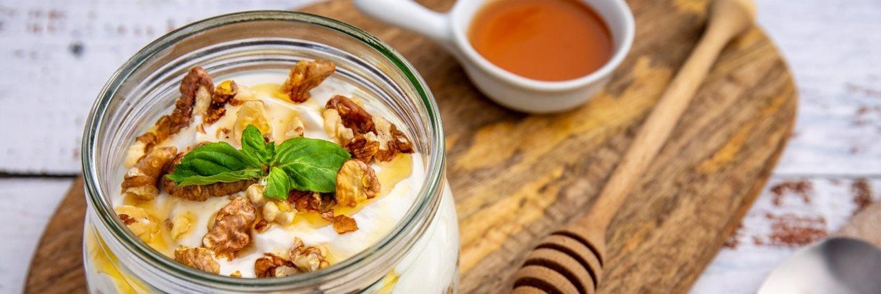 Цедено мляко с мед и орехи