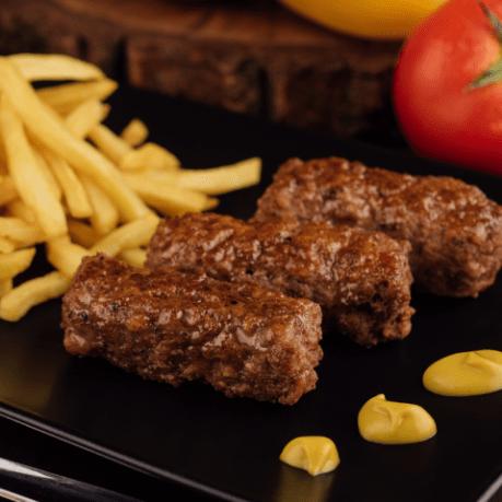 metro grill bucate proaspete mici carnatei cartofi pai