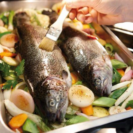Retete culinare rapide, sanatoase - pastrav la cuptor