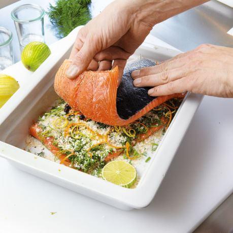 Somon marinat cu condimente in tava de gatit la cuptor