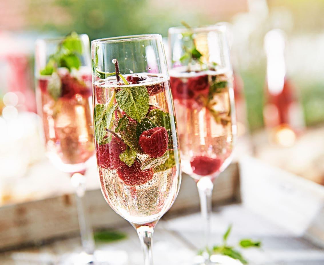 vin spumant in pahare de sampanie vinuri moldovenesti