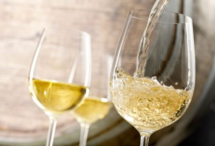 Vin alb turnat in pahare de sticla