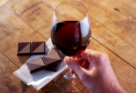 pahare vin cristal moldova cu vin rosu langa ciocolata neagra