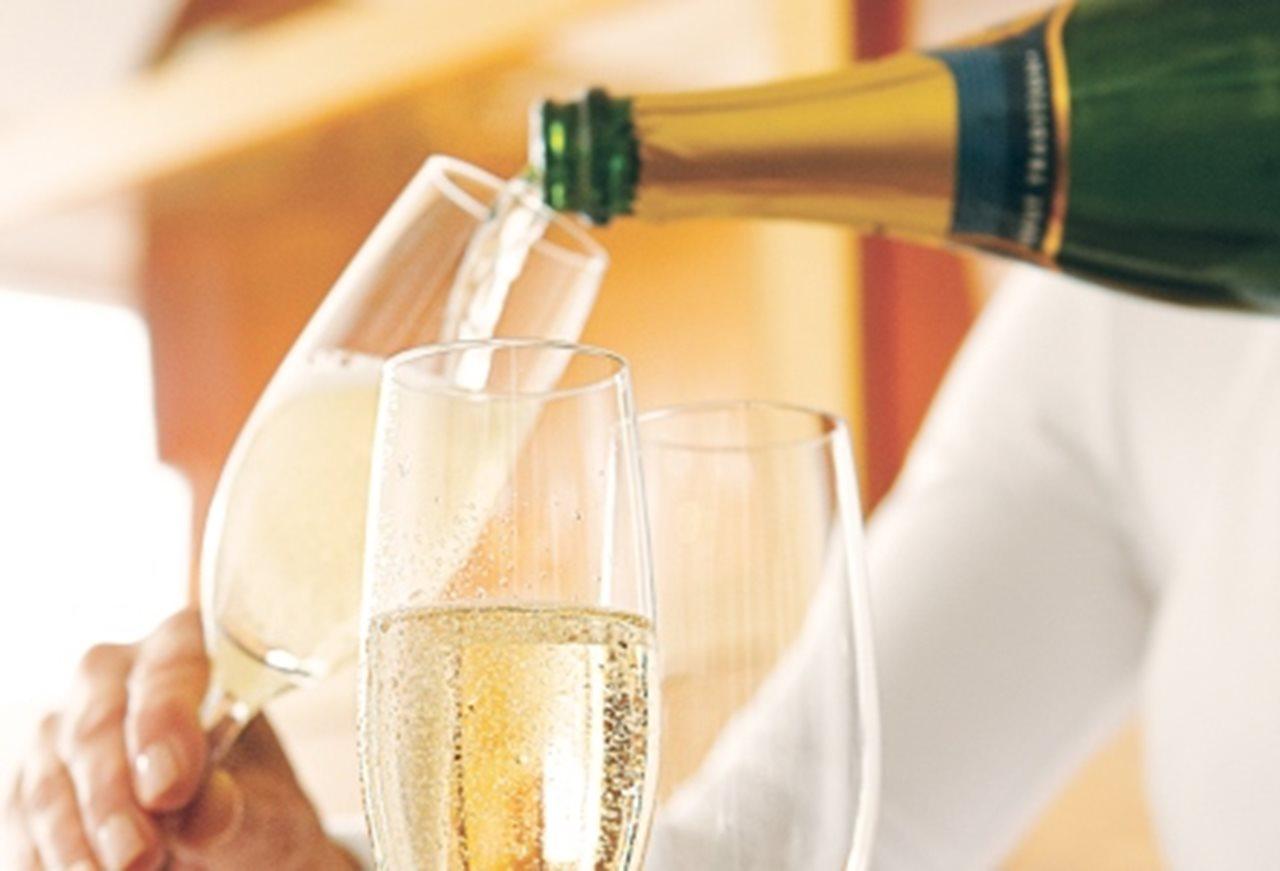 vin spumant din moldova turnat in pahare de cristal pentru sampanie