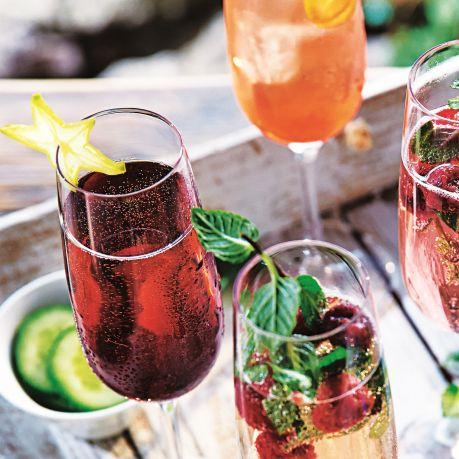 Vin spumant de desert in pahare de cristal cu fructe